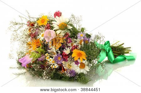 lindo buquê de flores silvestres brilhantes, isolado no branco