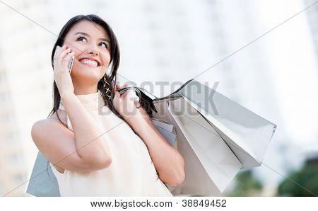 Compras mujer hablando por su teléfono móvil