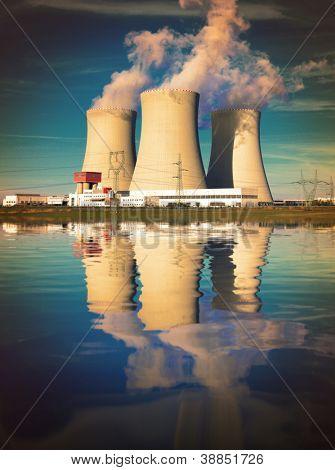 Kernkraftwerk an der Küste. Katastrophe Ökologiekonzept.