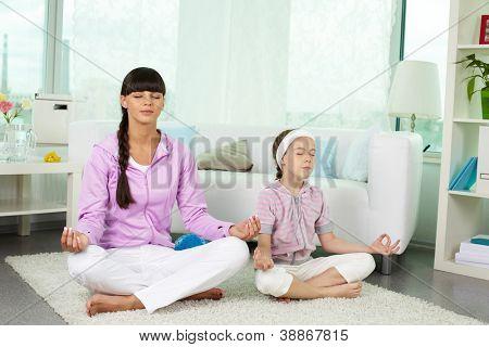 Porträt von Mädchen und ihre Mutter zu Hause Yoga Übungen