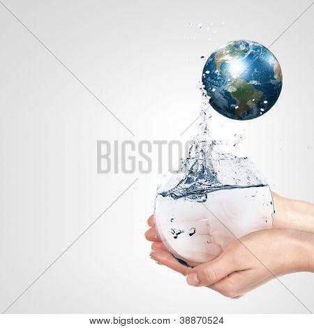 Globo en mano humana contra el cielo azul. Concepto de protección del medio ambiente. Elementos de este furni de imagen