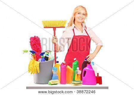 Eine weibliche Reiniger posiert mit Reinigungsgeräte vor weißen Hintergrund isoliert