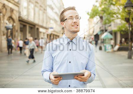 Empresário homem computador Tablet usando na rua, cidade de espaço público,