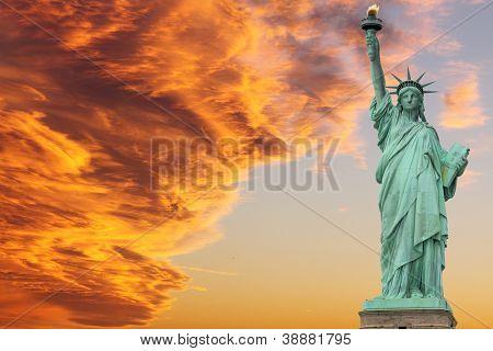 Die Freiheitsstatue bei Sonnenuntergang, New York City
