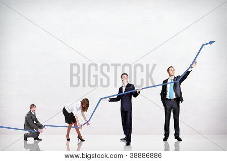 empresarios empujando hacia arriba un gráfico de negocios