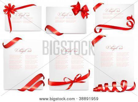 Satz der Geschenk-Karte stellt mit roten Bögen mit Bändern. Vektor-Illustration.
