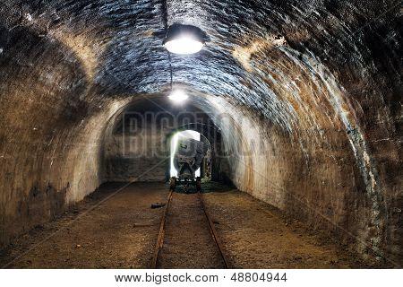 Histórico oro, plata, mina de cobre con máquina