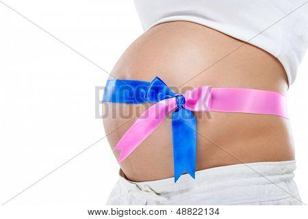 embarazo de gemelos, vientre embarazado con cinta azul y rosa