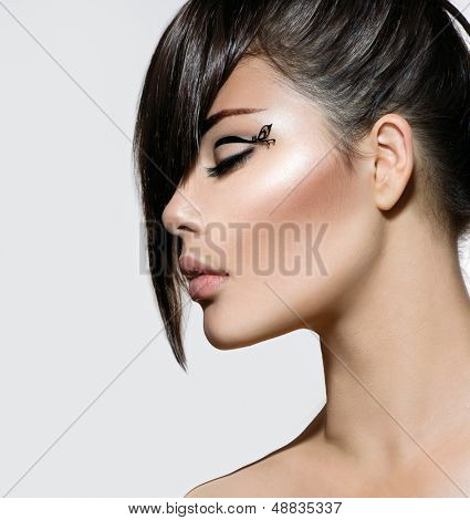 Fashion Glamour Beauty Girl mit stilvolle Frisur und Make-up. Franse. Modell Mädchen Portrait. Trendige H