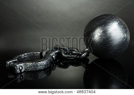 Bola e corrente no fundo cinza