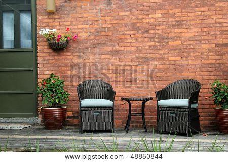 Linda varanda e duas cadeiras confortáveis
