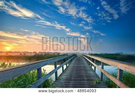 Encantador puente sobre Río de madera
