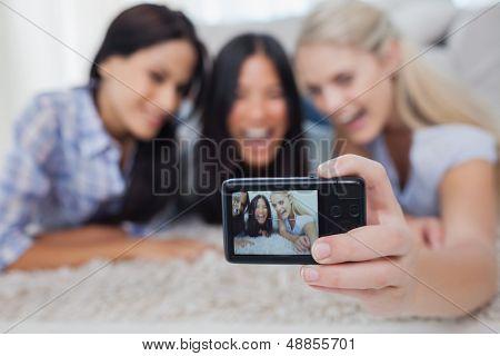 Freunde am Boden liegen und eine Aufnahme selbst zu Hause im Wohnzimmer