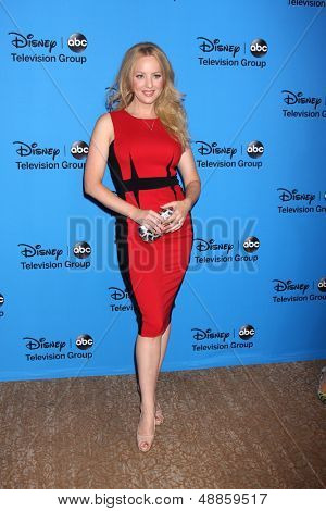 LOS ANGELES - AUG 4:  Wendi McLendon-Covey arrives at the ABC Summer 2013 TCA Party at the Beverly Hilton Hotel on August 4, 2013 in Beverly Hills, CA