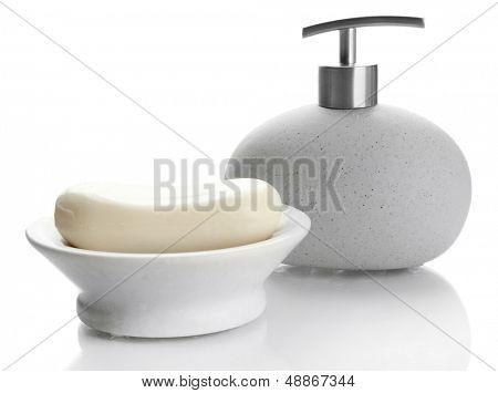Flasche und Seifenschale mit Seife, isolated on white