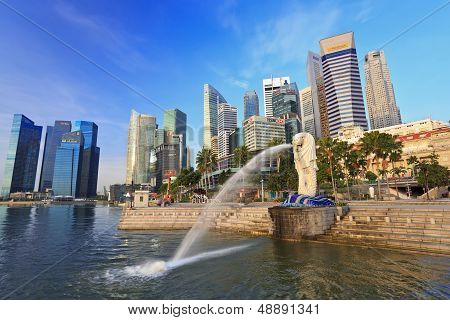 Golden light in the morning at Merlion park