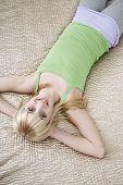 Постер, плакат: Высокий угол портрет счастливой девочки подростка лежа в постели