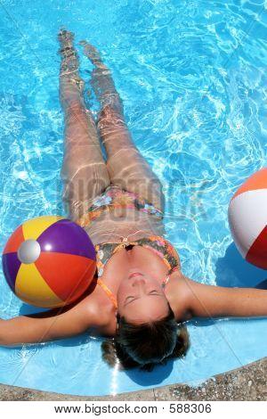 Babe mit Beachballs
