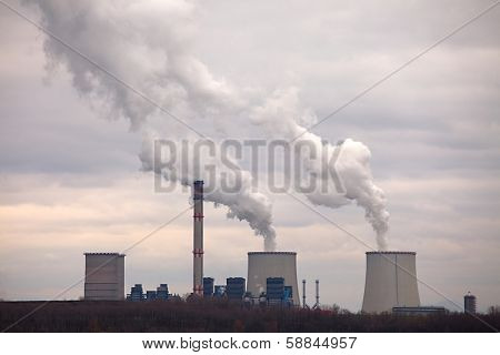 Power plant with cooling towers