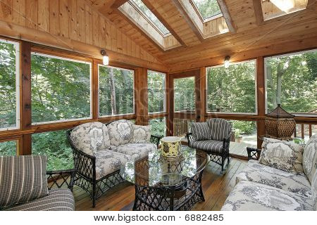 Porche con tragaluces con paneles de madera