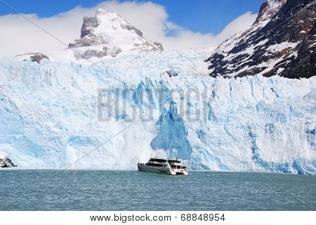 Boat in front the Perito Moreno glacier