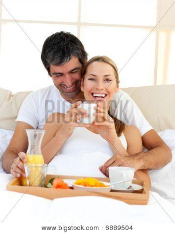 couple d 39 amoureux prenant son petit d jeuner couch dans le lit photos et images de stock bigstock. Black Bedroom Furniture Sets. Home Design Ideas
