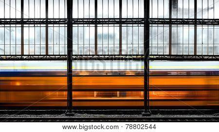 einfahrender Zug in Bahnhof
