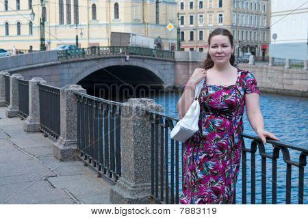 Um mulher de Younh bonita no dique na cidade
