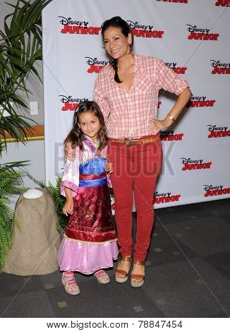 LOS ANGELES - OCT 18:  Constance Marie & Luna Marie Katich arrives to the