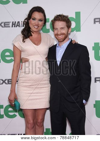 LOS ANGELES - JUN 21:  SETH GREEN & CLARE GRANT arrives to the