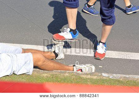 injured marathon runner legs