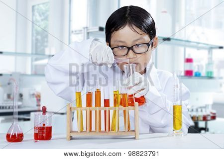 Little Learner Try To Make Chemical Experiment