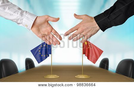 European Union and China diplomats agreeing on a deal