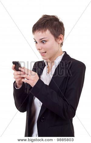 Shoked mulher olhando para um telefone