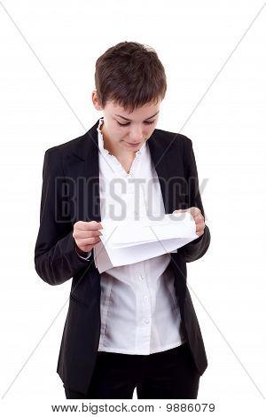 Frau liest Dokument