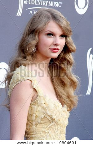 LAS VEGAS - APR 3:  Taylor Swift arriving at the Academy of Country Music Awards 2011 at MGM Grand Garden Arena on April 3, 2011 in Las Vegas, NV.