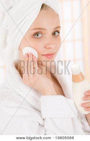 Cuidado Facial de acné adolescente mujer piel limpia