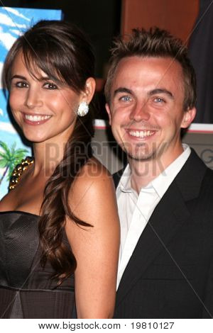 LOS ANGELES - 15 de APR: Elycia Turnbow, Frankie Muniz atendiendo el 2011 Toyota Grand Prix caridad B
