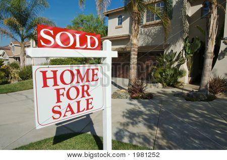 Casa vendida para sinal de venda & nova casa