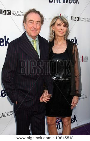 LOS ANGELES - 26 de Abr: Eric Idle y esposa al llegar a la Quinta anual BritWeek fiesta de lanzamiento en británicas