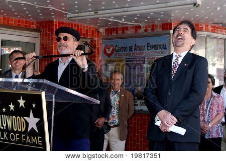 LOS ANGELES - 29 de abril: David Mamet, Joe Mantegna freqüentando a Hollywood Walk de fama Star cerimônia