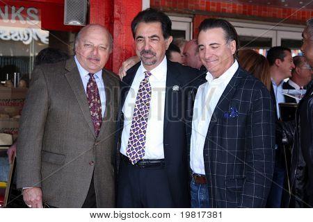 LOS ANGELES - 29 de abril: Dennis Franz, Joe Mantegna, Andy Garcia freqüentando o passeio da fama de Hollywood