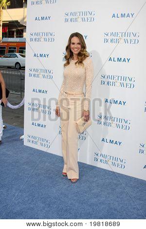 """LOS ANGELES - 3 de maio: Hilary Swank chegando no mundo de """"Algo emprestado"""" estréia no Grauman"""