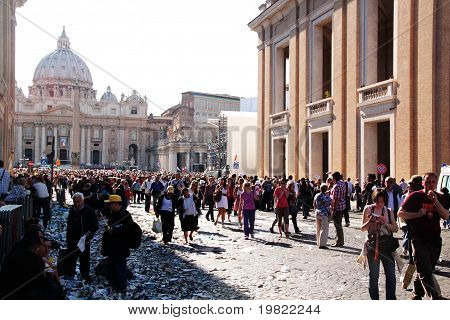 people in st peter's square