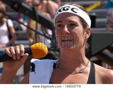 Hermosa Beach, ca. august 8: Nicole Branagh geben eine Speach nach dem Gewinn des Womens-Finale der der