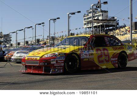 AVONDALE, AZ - 7 de NOV - Kevin Harvick (29) unidades fora da pista e na garagem no Spr a NASCAR