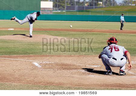 MESA, AZ - 20 de novembro: Arremessador Kevin Pucetas de Scottsdale Scorpions aquece com catcher Tim Duff