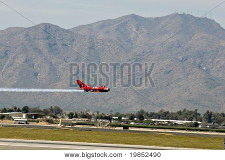 GLENDALE, AZ - 21. März: Bill Reesman macht einen niedrigen Höhe in einer russischen MiG-17 auf der Biennale zu übergeben
