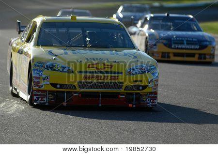 AVONDALE, AZ - 18 de abril: Ligações de Clint Bowyer #33 um grupo de carros na NASCAR Nextel Cup race na