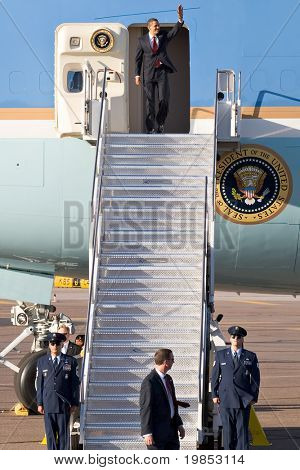 PHOENIX, AZ - 13 de mayo: El Presidente Barack Obama desembarca de Air Force One en Phoenix Sky Harbor Air